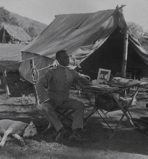 Foto: Maechal Rondon descansa em acampamento durante missaão, imagem reproduzida de fotograma de documentário exposta no Museu do Índio