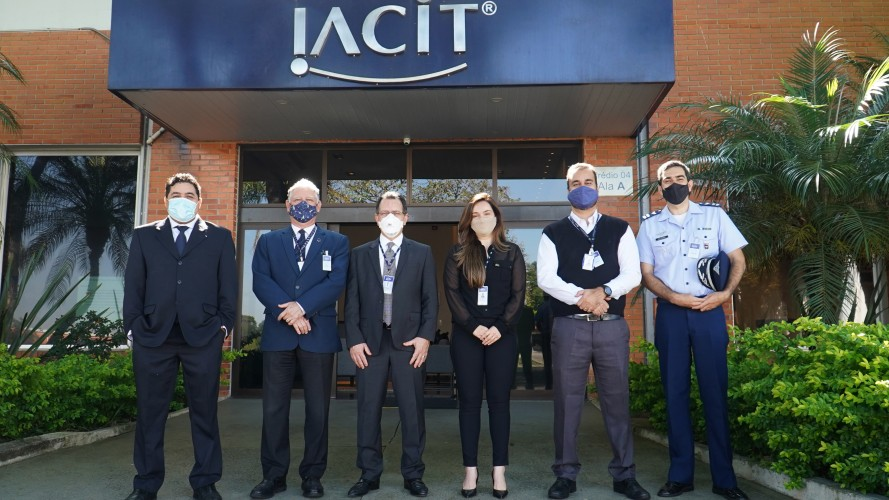 Comitiva da AEB e CEI com equipe da IACIT